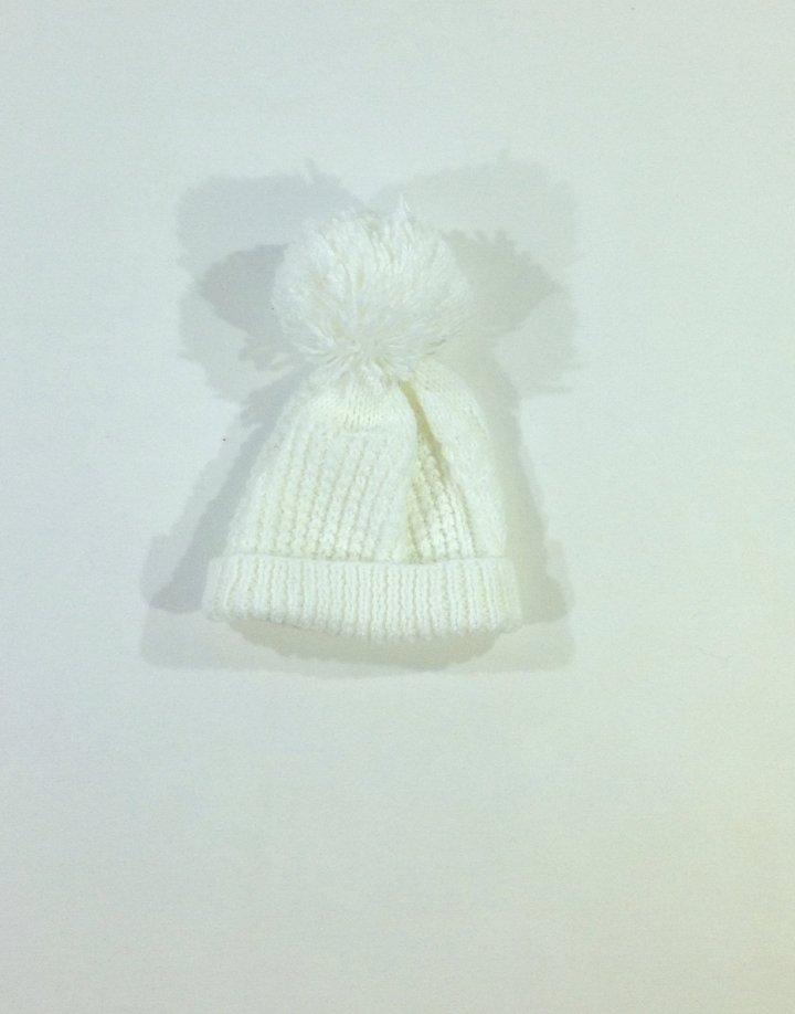 Fehér kislány kötött sapka