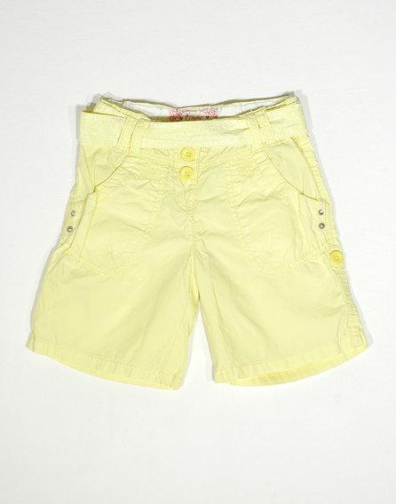 Sárga rövidnadrág mintás övvel